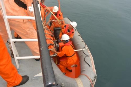Cứu hộ thành công 3 thuyền viên trên tàu cá bị hỏng về đất liền an toàn