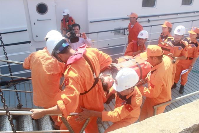 Đưa 2 thuyền viên gặp nạn trên biển về đất liền an toàn