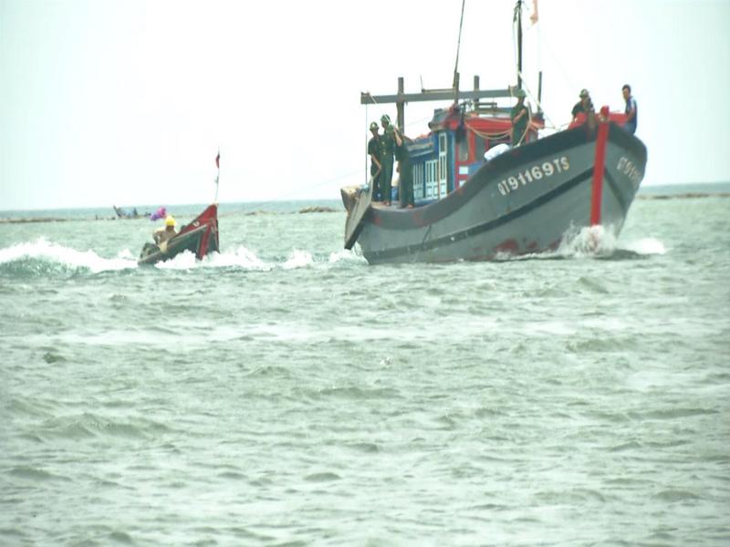 Cứu nạn thành công 2 ngư dân trôi dạt trên biển