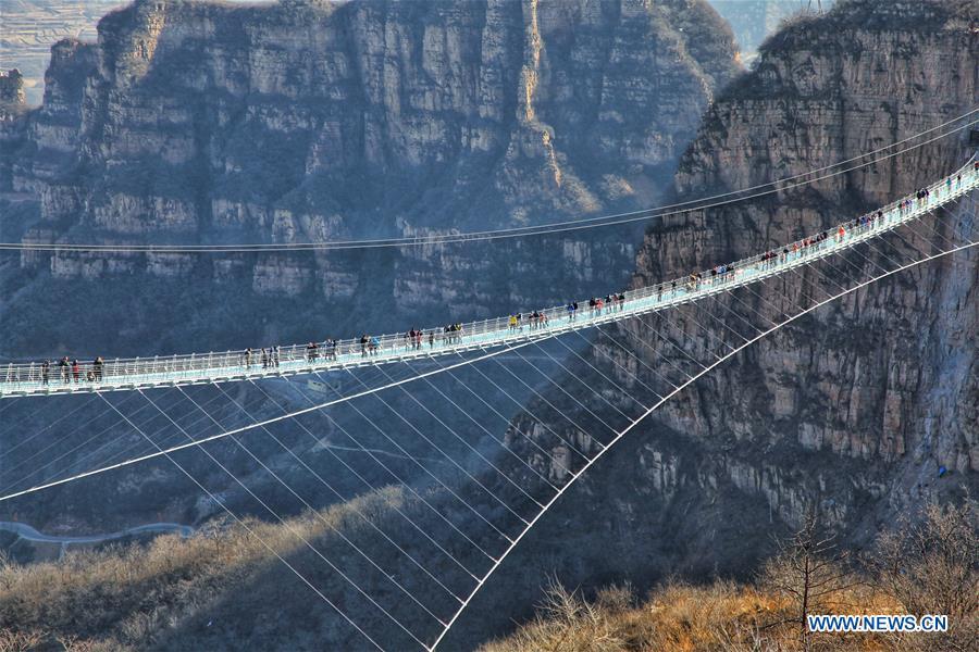 Cầu đáy kính dài nhất thế giới vừa mở cửa đón khách tham quan tại tỉnh Hà Bắc, Trung Quốc