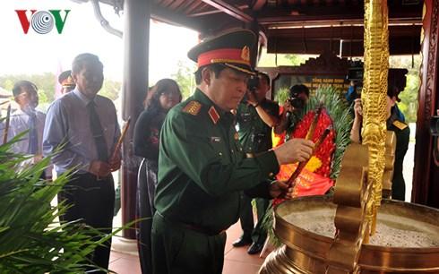 Đại tướng Ngô Xuân Lịch dâng hương tưởng niệm Anh hùng liệt sĩ ở thị xã Long Khánh, Đồng Nai