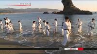 Nhật Bản Trẻ em tập luyện karate dưới nước biển lạnh nhân dịp năm mới