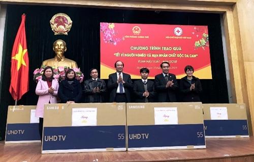 """Trao quà """"Tết vì người nghèo và nạn nhân chất độc da cam"""" tại quận Ba Đình, Hà Nội"""