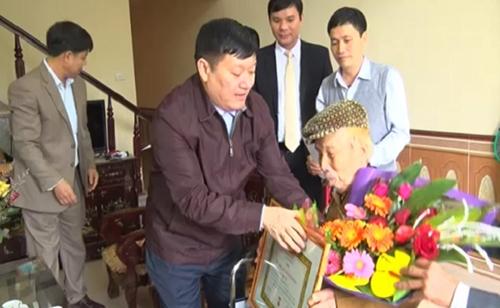 Trao huy hiệu 70 năm tuổi Đảng cho đảng viên tại Ân Thi