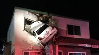 Mỹ Xe ô tô mắc kẹt trên tầng hai của tòa nhà