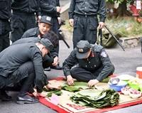Chiến sĩ Cảnh sát Cơ động vui gói bánh chưng, tưng bừng đón Tết