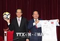 Thủ tướng tặng bóng và áo của cầu thủ U23 Việt Nam để đấu giá ủng hộ người nghèo