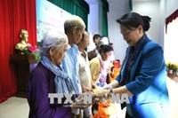 Chủ tịch Quốc hội thăm, tặng quà và chúc Tết gia đình chính sách tại Bến Tre