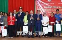 Thủ tướng thăm, tặng quà công nhân lao động, đồng bào dân tộc thiểu số tỉnh Đắk Lắk