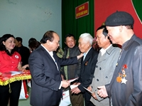 Thủ tướng trao quà Tết cho người nghèo, gia đình chính sách tại Đắk Nông