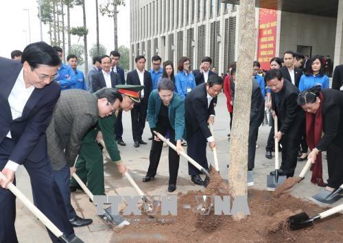 Chủ tịch Quốc hội Nguyễn Thị Kim Ngân tham gia trồng cây hoa ban tại khu vực Nhà Quốc hội