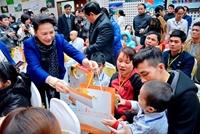 Chủ tịch Quốc hội trao quà Tết tặng trẻ em ung thư