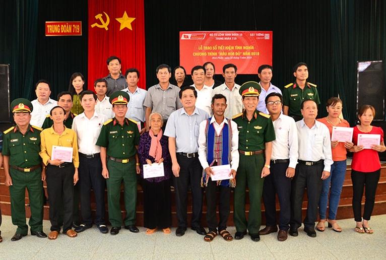 Trao sổ tiết kiệm tặng gia đình chính sách tại Bình Phước