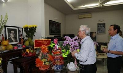 Tổng Bí thư Nguyễn Phú Trọng thắp hương tưởng niệm nguyên Tổng Bí thư Nguyễn Văn Linh
