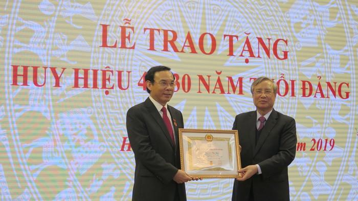 Tặng Huy hiệu Đảng cho các đảng viên thuộc Đảng bộ Văn phòng Trung ương Đảng
