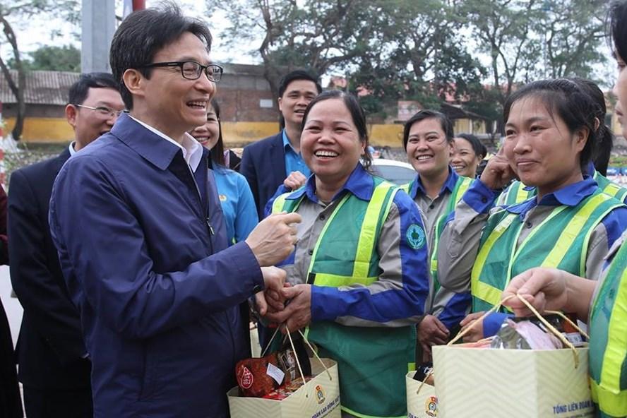 Phó Thủ tướng Vũ Đức Đam thăm, động viên người lao động đầu xuân mới tại Bắc Giang