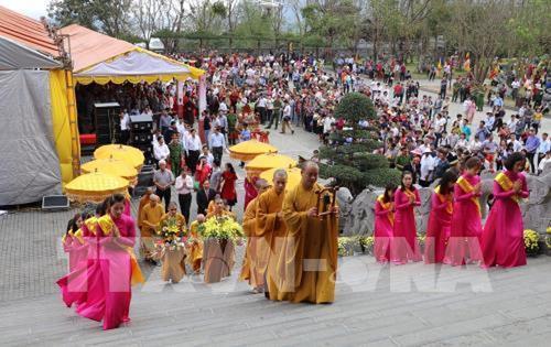 Hàng nghìn du khách đến với lễ hội Chùa Bái Đính