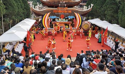 Hơn 50 000 lượt khách đến với Chùa Hương ngày khai hội