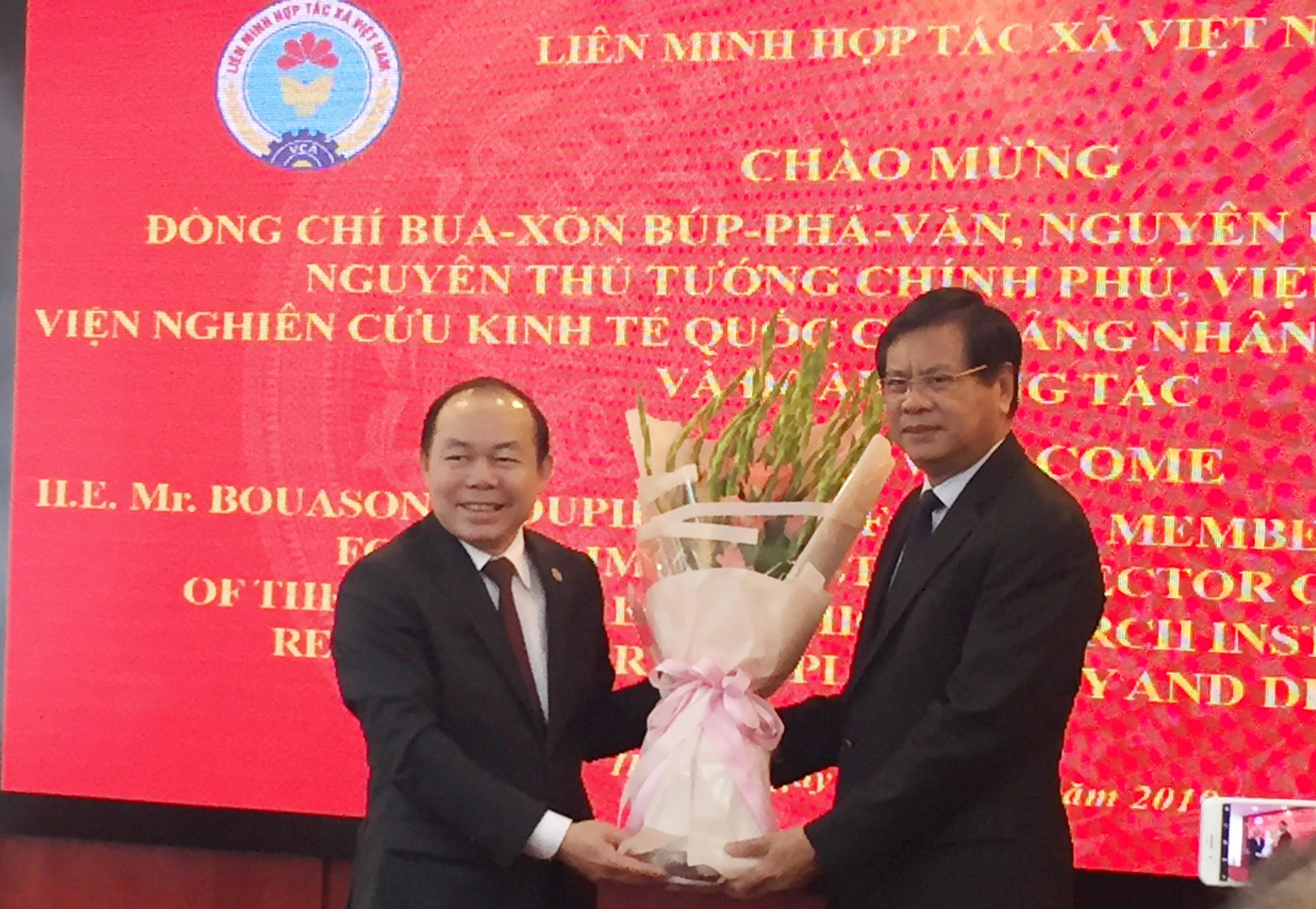Việt Nam chia sẻ kinh nghiệm phát triển kinh tế hợp tác với Lào