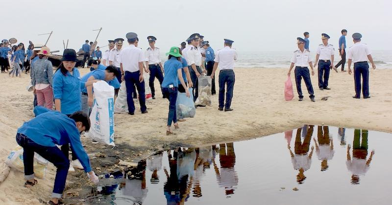 """Quảng Trị ra quân chiến dịch """"Hãy làm sạch biển"""" năm 2019"""