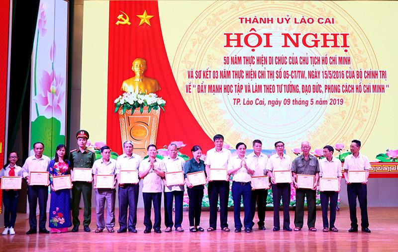 Thành phố Lào Cai Khen thưởng nhiều tập thể, cá nhân điển hình học và làm theo lời Bác