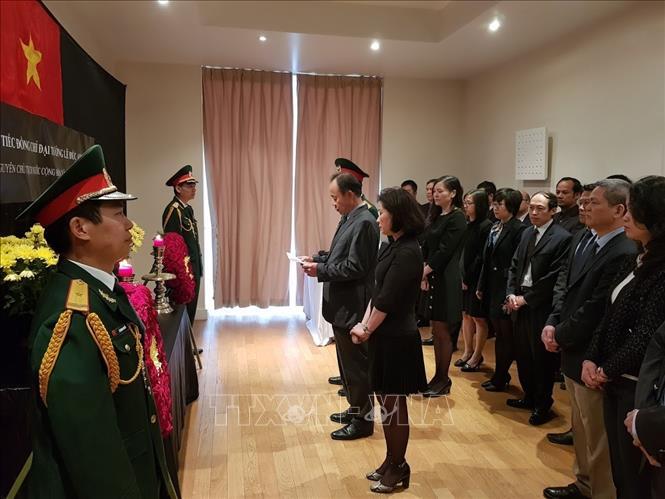 Đông đảo bạn bè quốc tế đến viếng nguyên Chủ tịch nước Lê Đức Anh tại các Đại sứ quán