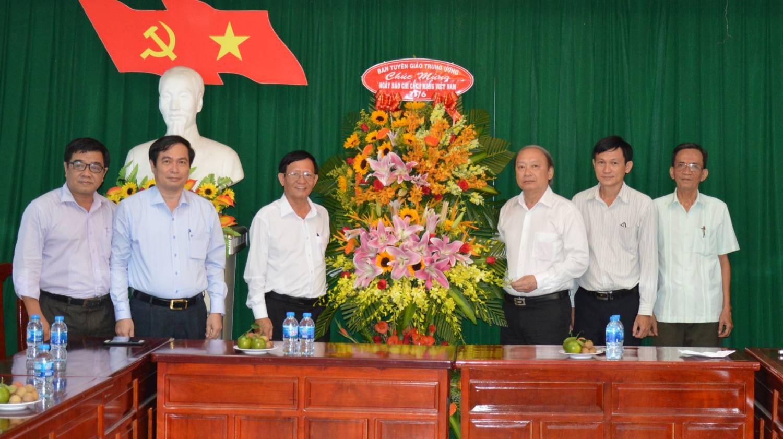 Phó Trưởng Ban Thường trực Ban Tuyên giáo Trung ương Võ Văn Phuông chúc mừng các cơ quan báo chí Đồng Tháp