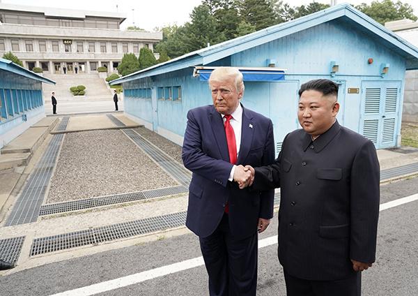 Thế giới tuần qua Lần đầu tiên một Tổng thống Hoa Kỳ đặt chân lên lãnh thổ Triều Tiên
