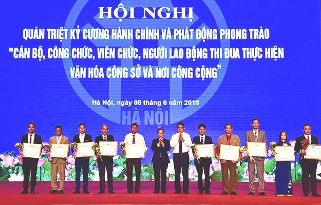 """Hà Nội phát động phong trào """"CBCCVCLĐ thi đua thực hiện văn hóa công sở và nơi công cộng"""""""