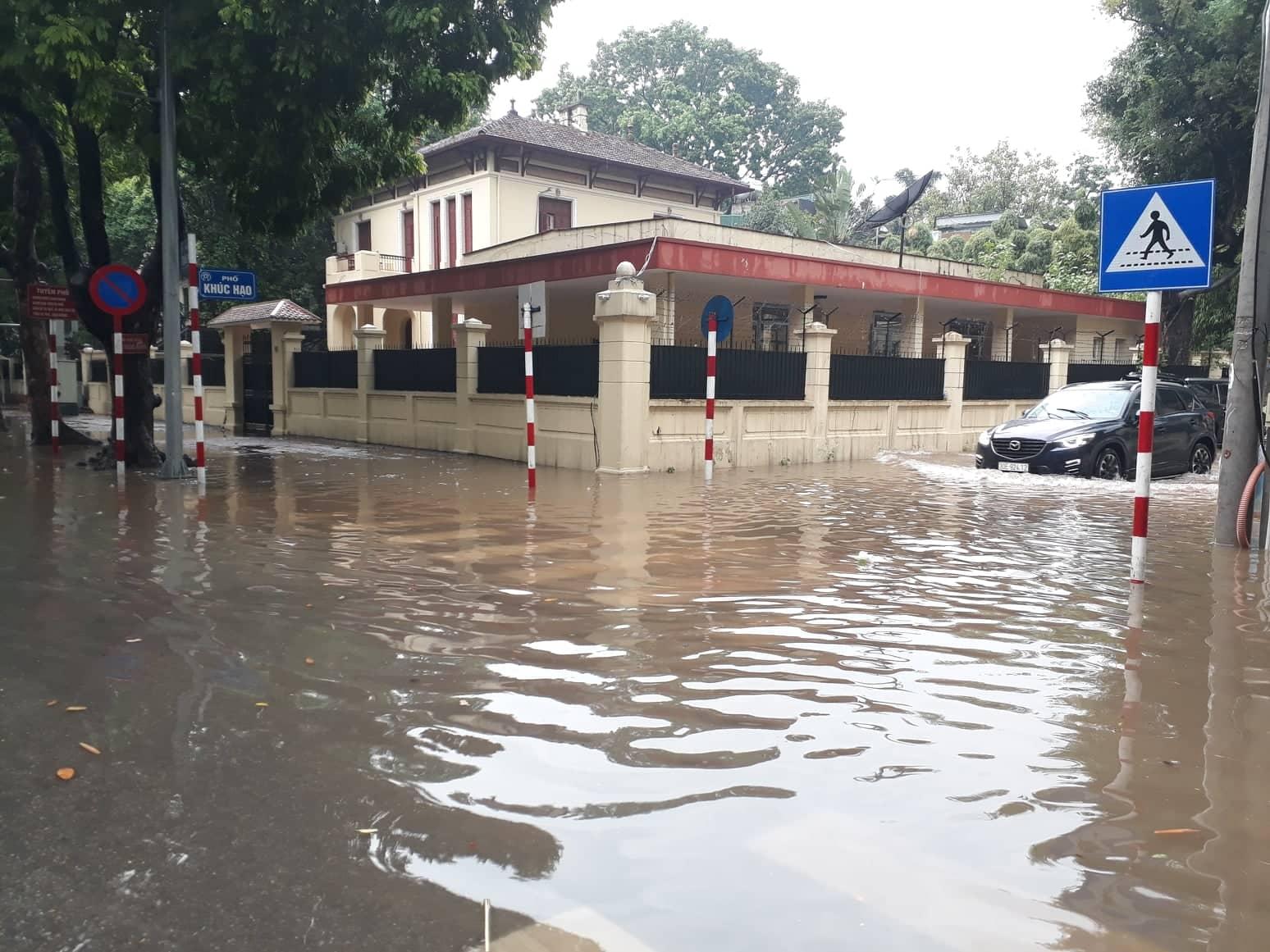 Hà Nội Mưa lớn, nhiều tuyến đường bị ngập