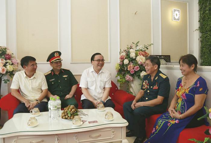 Bí thư Thành ủy Hà Nội Hoàng Trung Hải thăm hỏi, tặng quà gia đình người có công