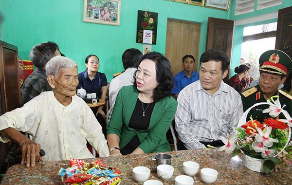 Lãnh đạo Thành phố Hà Nội thăm, tặng quà một số gia đình người có công tiêu biểu