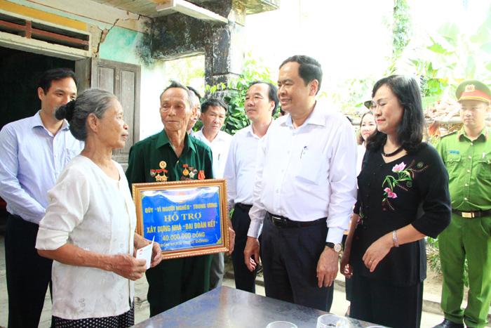 Chủ tịch Uỷ ban Trung ương MTTQ Việt Nam Trần Thanh Mẫn tặng quà tại Hà Tĩnh