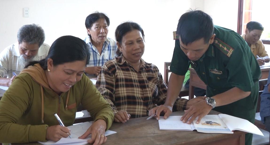 """""""Thầy giáo Biên phòng"""" của người dân các làng chài ven biển Đà Nẵng"""