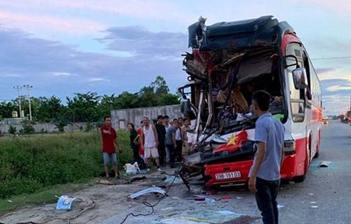 Các nạn nhân vụ xe chở khách du lịch đâm vào đuôi xe container đã được chuyển ra Hà Nội điều trị