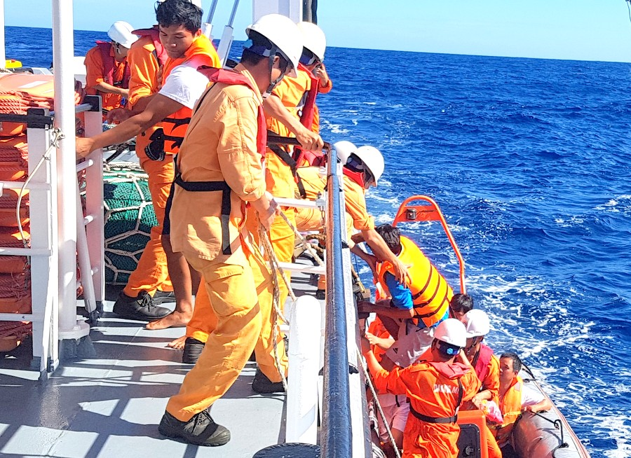 Cứu kịp thời 06 thuyền viên tàu cá bị chìm tại quần đảo Hoàng Sa