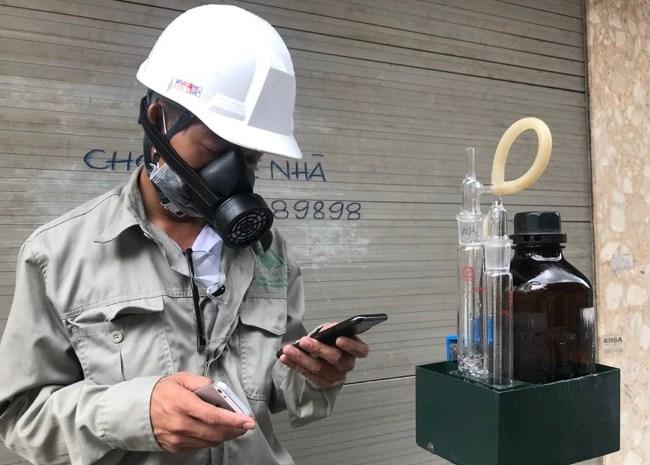 Lấy mẫu quan trắc khu vực Công ty Bóng đèn phích nước Rạng Đông
