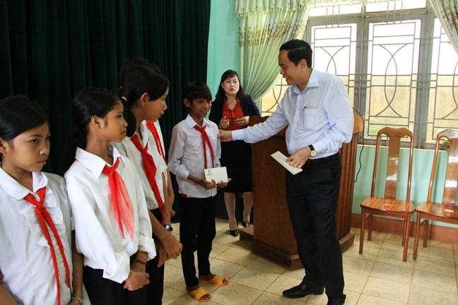 Chủ tịch Uỷ ban Trung ương MTTQ Việt Nam trao học bổng cho các em học sinh nghèo học giỏi