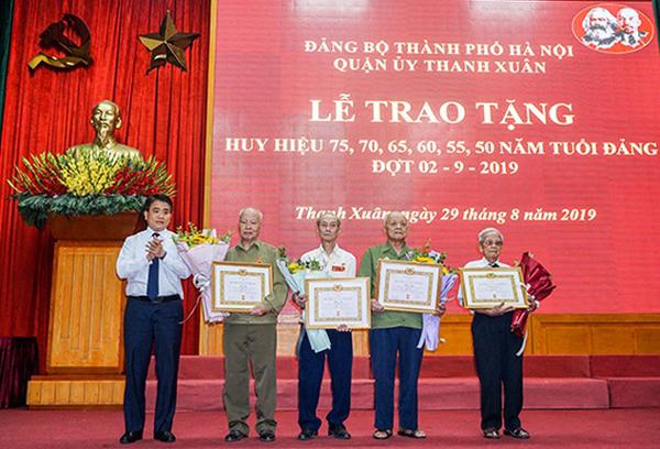 Hà Nội Trao tặng Huy hiệu Đảng cho các đảng viên lão thành