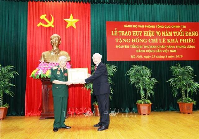 Trao Huy hiệu 70 năm tuổi Đảng tặng nguyên Tổng Bí thư Lê Khả Phiêu 🎥