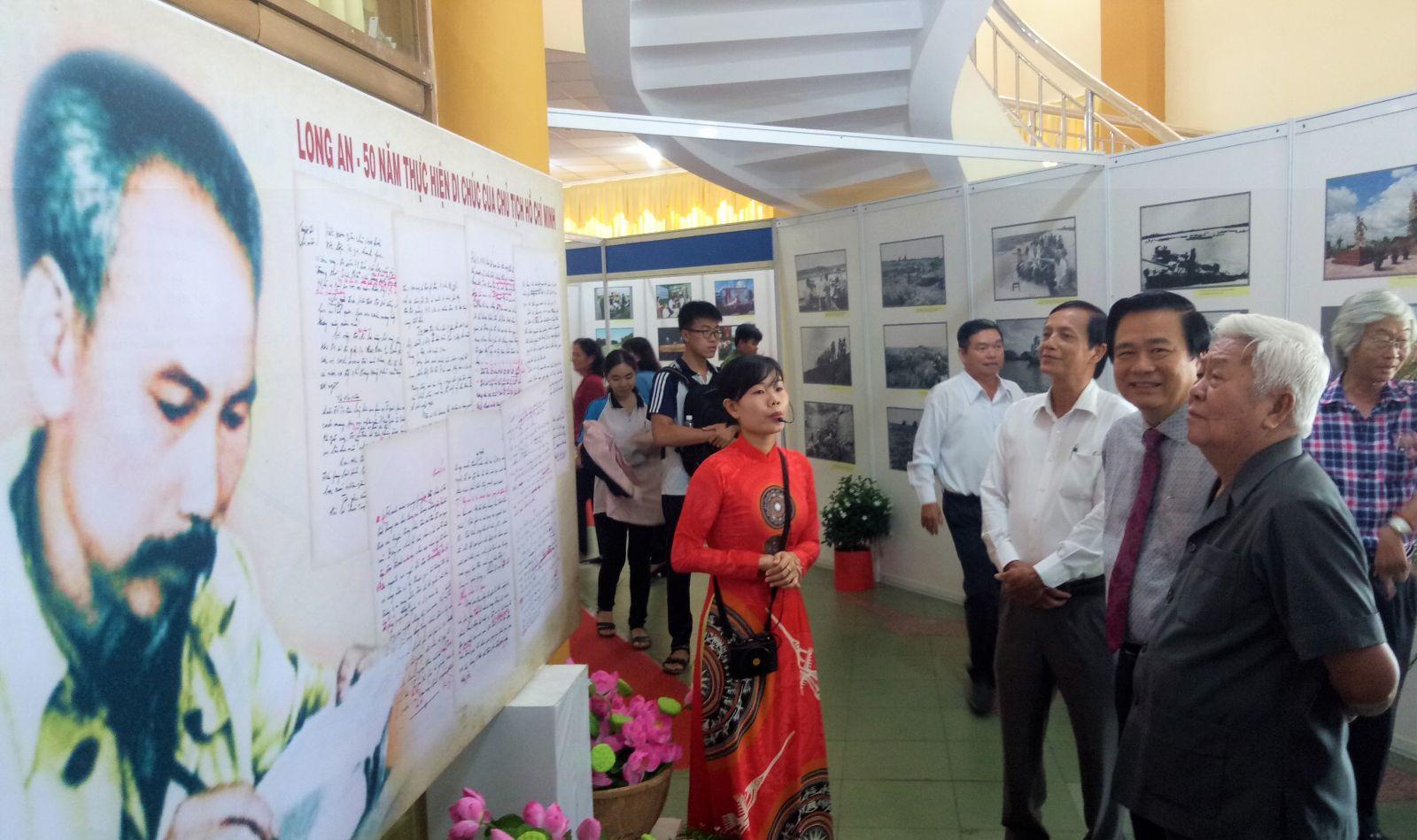 """Triển lãm ảnh """"Long An – 50 năm thực hiện Di chúc của Chủ tịch Hồ Chí Minh"""""""