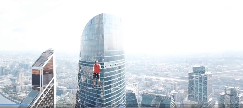 Đi bộ trên dây nối giữa hai tòa nhà chọc trời ở Nga 🎥