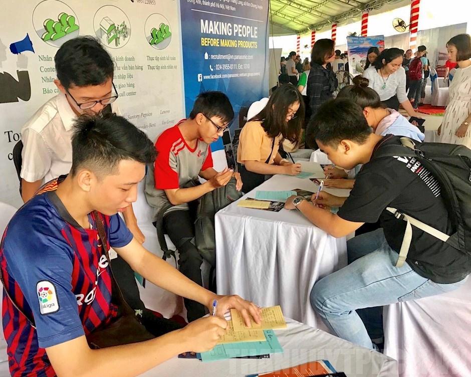 Hơn 5 000 sinh viên tham gia ngày hội tuyển dụng việc làm