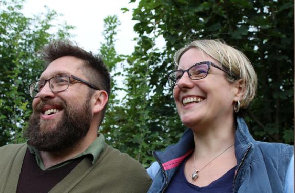 """Cặp vợ chồng tại Anh """"trồng cây"""" thành đồ đạc"""