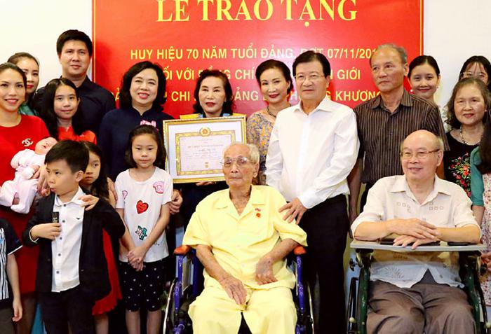 Trao Huy hiệu 70 năm tuổi Đảng cho đảng viên Nguyễn Văn Giới