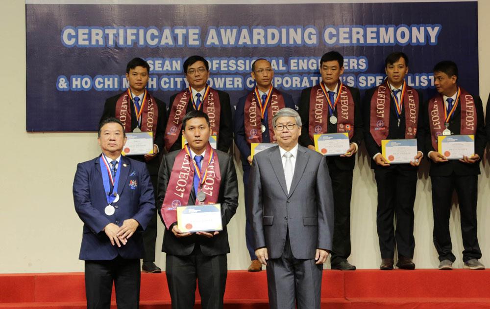 70 kỹ sư của EVNHCMC nhận Chứng chỉ Kỹ sư chuyên nghiệp ASEAN