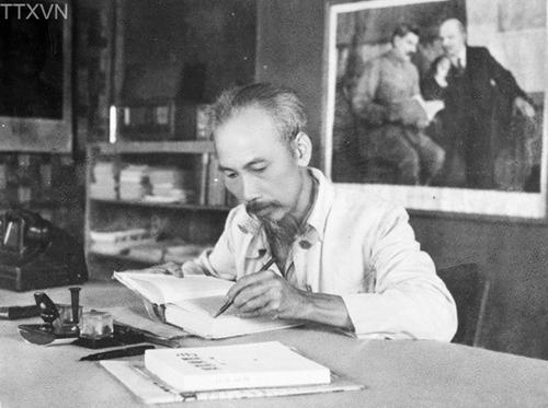 """Chủ tịch Hồ Chí Minh viết bài Tự phê bình và phê bình"""" trong dịp chỉnh Đảng mùa Xuân 1952"""