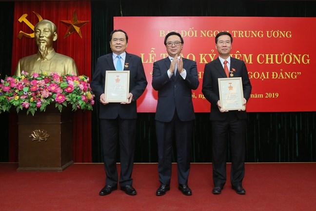 """Trưởng Ban Tuyên giáo TƯ Võ Văn Thưởng nhận Kỷ niệm chương """"Vì sự nghiệp đối ngoại Đảng"""""""