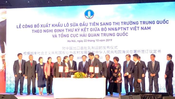 Xuất khẩu lô sữa đầu tiên sang thị trường Trung Quốc  🎥