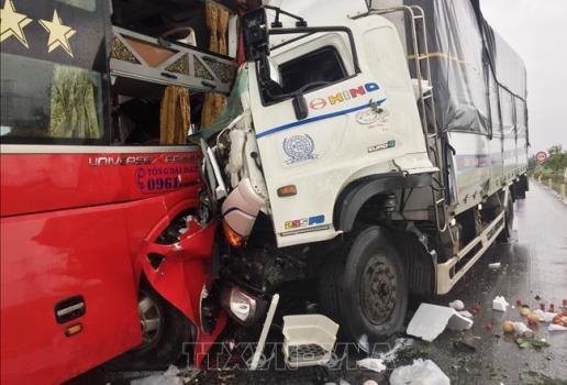 Nghệ An Xe tải đấu đầu xe khách, ít nhất 11 người thương vong